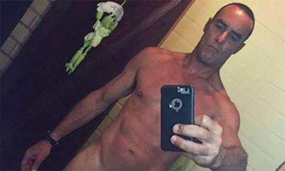 Fotos do ator Paulo Zulu pelado exibindo o pênis