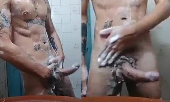 Boy sarado e tatuado tomando banho de rola dura