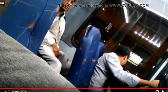 Macho dotado batendo punheta no ônibus