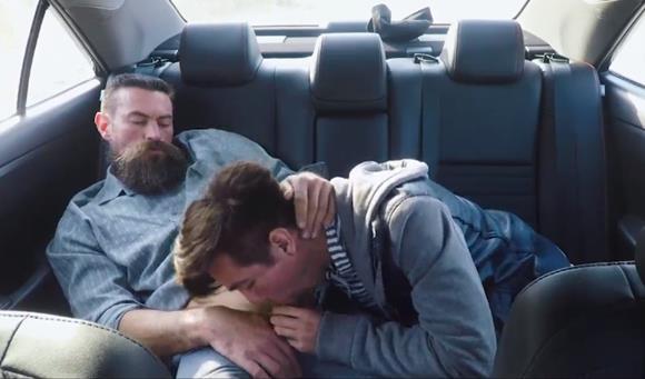Pai fodendo o cu do filho no carro - Incesto Gay