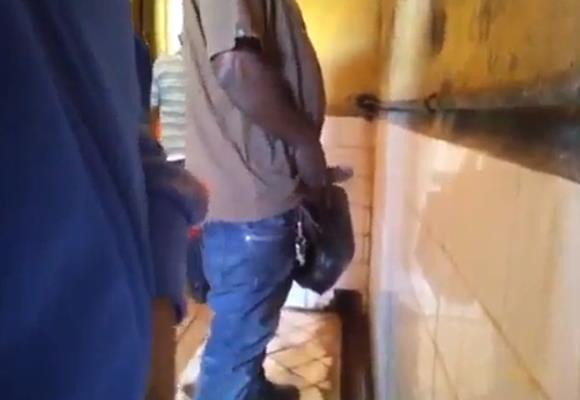 Motoqueiro mijando de pênis duro no banheiro