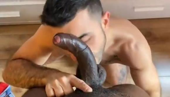 Gay faz boquete na pica preta super grande