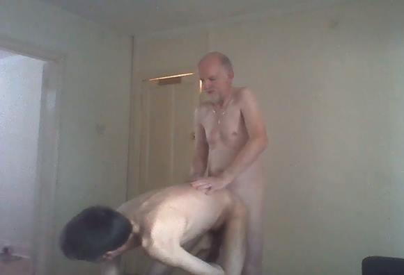 Pai fodendo o cu do filho e filmando a foda