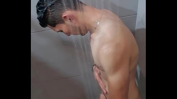 Flagrando o macho tomando banho no vestiário da academia