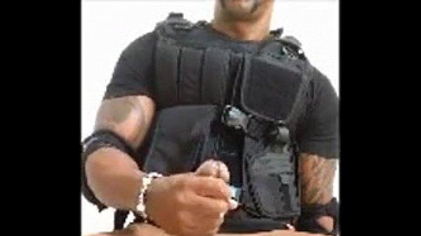 Policial super dotado gozando muito em vídeo solo