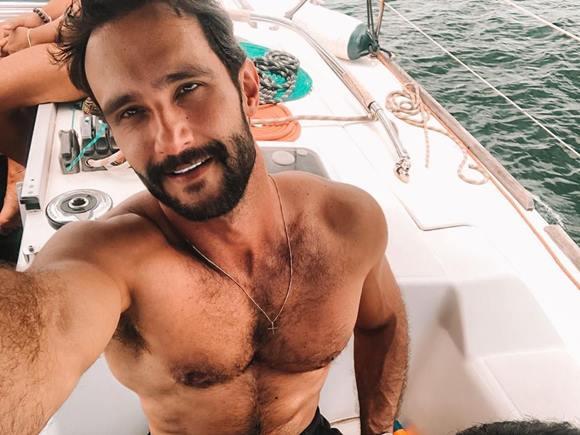 Vídeo de Pedro Melo pelado e se masturbando
